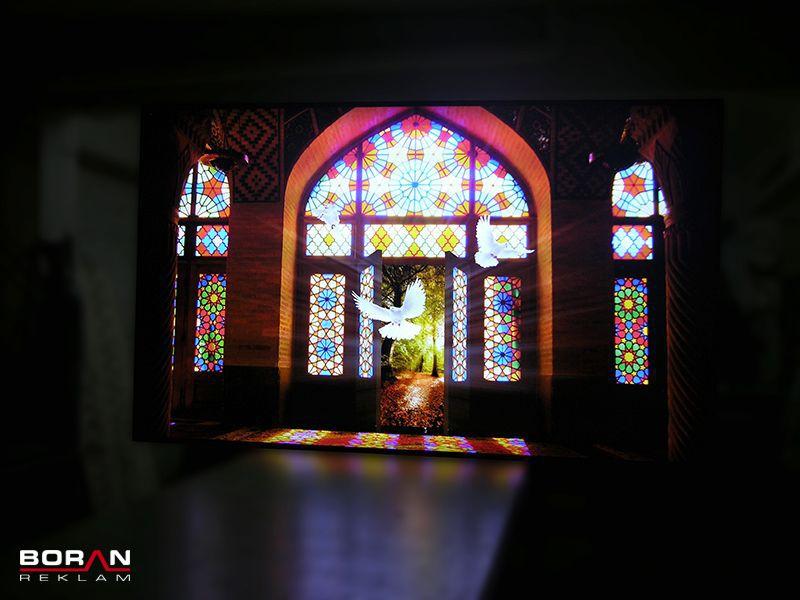 Cam üzerine vitray desenleri verilerek uygulanan cam baskı.