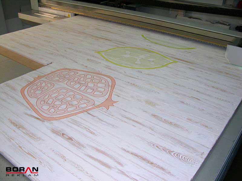 250x305 cm. büyüklüğündeki ahşap panellere tek seferde baskı yapabilme imkanı sunan Boran Reklam, farklı dekorasyon çözümleri ile sektörde yerini almıştır.